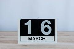 Mars 16th Dag 16 av månaden, daglig kalender på trätabellbakgrund Vårdagen, tömmer utrymme för text Fotografering för Bildbyråer