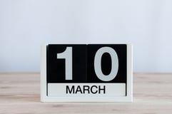 Mars 10th Dag 10 av månaden, daglig kalender på trätabellbakgrund Vårdagen, tömmer utrymme för text Arkivbild
