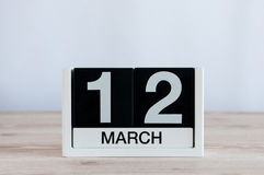 Mars 12th Dag 12 av månaden, daglig kalender på trätabellbakgrund Vårdagen, tömmer utrymme för text Arkivbilder