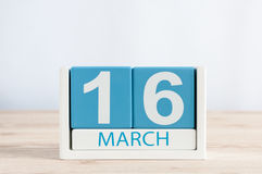 Mars 16th Dag 16 av månaden, daglig kalender på trätabellbakgrund Vårdagen, tömmer utrymme för text Royaltyfri Foto