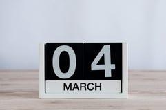 Mars 4th Dag 4 av månaden, daglig kalender på trätabellbakgrund Vårtid, tömmer utrymme för text Royaltyfria Bilder