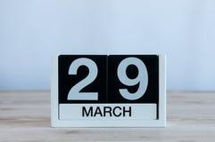 Mars 29th Dag 29 av månaden, daglig kalender på trätabellbakgrund Vårtid, tömmer utrymme för text Royaltyfria Foton