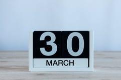 Mars 30th Dag 30 av månaden, daglig kalender på trätabellbakgrund Vårtid, tömmer utrymme för text Arkivbilder