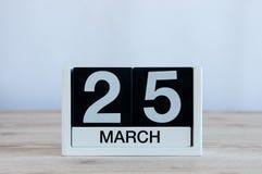 Mars 25th Dag 25 av månaden, daglig kalender på trätabellbakgrund Vårtid, tömmer utrymme för text Royaltyfri Bild