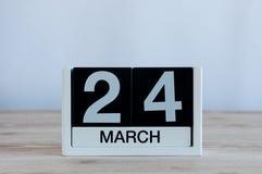 Mars 24th Dag 24 av månaden, daglig kalender på trätabellbakgrund Vårtid, tömmer utrymme för text Royaltyfri Foto