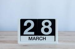 Mars 28th Dag 28 av månaden, daglig kalender på trätabellbakgrund Vårtid, tömmer utrymme för text Royaltyfria Bilder
