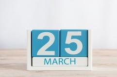 Mars 25th Dag 25 av månaden, daglig kalender på trätabellbakgrund Vårtid, tömmer utrymme för text Royaltyfria Bilder