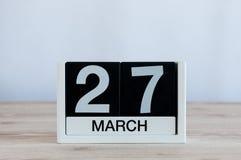 Mars 27th Dag 27 av månaden, daglig kalender på trätabellbakgrund Vårtid, tömmer utrymme för text Världen Arkivfoton