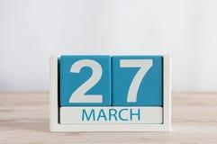 Mars 27th Dag 27 av månaden, daglig kalender på trätabellbakgrund Vårtid, tömmer utrymme för text Världsteater Fotografering för Bildbyråer