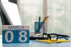 Mars 8th Dag 8 av månaden, kalender på bakgrund för affärskontor, arbetsplats med bärbara datorn och exponeringsglas Vårtid som ä Royaltyfria Foton