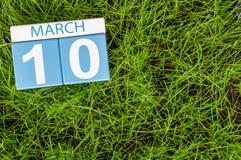 Mars 10th Dag 10 av månaden, kalender på bakgrund för grönt gräs för fotboll Vårtid, tömmer utrymme för text Royaltyfri Fotografi