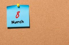Mars 8th Dag 8 av månaden, kalender på korkanslagstavlabakgrund Vårtid, tömmer utrymme för text Royaltyfri Bild