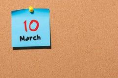 Mars 10th Dag 10 av månaden, kalender på korkanslagstavlabakgrund Vårtid, tömmer utrymme för text Royaltyfria Bilder
