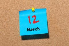 Mars 12th Dag 12 av månaden, kalender på korkanslagstavlabakgrund Vårtid, tömmer utrymme för text Arkivbilder