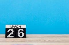 Mars 26th Dag 26 av månaden, kalender på tabellen med blå bakgrund Vårtid, tömmer utrymme för text Royaltyfria Bilder