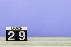 Mars 29th Dag 29 av månaden, kalender på tabellen med purpurfärgad bakgrund Vårtid, tömmer utrymme för text Fotografering för Bildbyråer