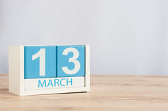 Mars 13th Dag 13 av månaden, träfärgkalender på tabellbakgrund Vårtid, tömmer utrymme för text Arkivfoto