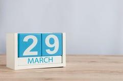 Mars 29th Dag 29 av månaden, träfärgkalender på tabellbakgrund Vårtid, tömmer utrymme för text Arkivbild