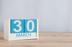 Mars 30th Dag 30 av månaden, träfärgkalender på tabellbakgrund Vårtid, tömmer utrymme för text Royaltyfri Foto
