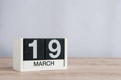 Mars 19th Dag 19 av månaden, träkalender på ljus bakgrund den förorts- dagskogfjädern går Jorda en kontakt timmen och den interna Royaltyfri Fotografi