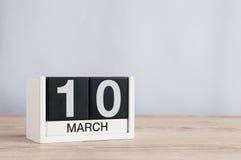 Mars 10th Dag 10 av månaden, träkalender på ljus bakgrund Vårdagen, tömmer utrymme för text Fotografering för Bildbyråer