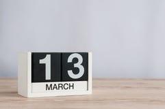 Mars 13th Dag 13 av månaden, träkalender på ljus bakgrund Vårtid, tömmer utrymme för text Arkivfoton