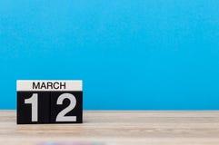 Mars 12th Dag 12 av marschmånaden, kalender på ljus - blå bakgrund Vårtid, tömmer utrymme för text, modell Royaltyfri Fotografi