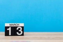 Mars 13th Dag 13 av marschmånaden, kalender på ljus - blå bakgrund Vårtid, tömmer utrymme för text, modell Royaltyfri Bild