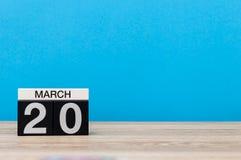 Mars 20th Dag 20 av marschmånaden, kalender på ljus - blå bakgrund Vårtid, tömmer utrymme för text, modell Royaltyfri Bild
