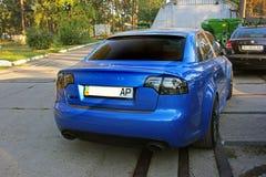 Mars 13, 2014, Ukraina, Kharkov; Audi RS4 med beståndsdelar av kol blåa bilsportar fotografering för bildbyråer