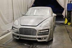 7 mars, 2017, Ukraina, Kiev för slangmaskin för bil clean wash för svamp Tvätta bilen Bilen är i skumet cayenne porsche royaltyfri fotografi