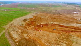 Mars van Aarde, Andalusia, Spanje Zandmijnbouw in steengroeve Mijnbouwmateriaal die in zandsteengroeve werken stock videobeelden