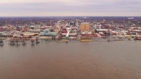 Mars 2019 vattnet för flod Davenport Iowa för i stadens centrum strandområde det höga från Mississippiet River stock video