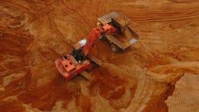 Mars von Erde, Andalusien, Spanien Bergbaubaggerladen-Kipper-LKW Minenmaschiene stock video