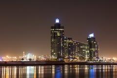 Marsa广场建筑物在晚上,迪拜 免版税库存图片