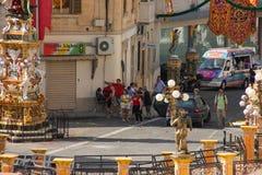 Marsa, Μάλτα - το Μάιο του 2018: Τουρίστες και τοπικοί άνθρωποι που περιμένουν στο festively διακοσμημένο τετράγωνο με τις σημαίε στοκ φωτογραφία με δικαίωμα ελεύθερης χρήσης