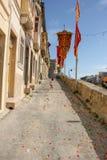 Marsa, Malta - Mei 2018: Festively verfraaide straat met vlaggen voor jaarlijkse festa godsdienstige vakantie Meisje dichtbij haa stock afbeelding