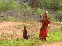 MARSABIT KENYA - NOVEMBER 27, 2008: En okänd kvinna från ten Arkivbild