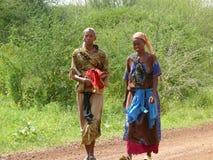 MARSABIT KENYA - NOVEMBER 27, 2008: Två okända kvinnor av tren Arkivfoto