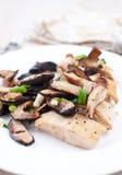 Marsala de poulet avec des champignons de couche de shiitake Images stock