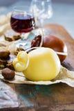 Marsala dulce siciliana del vino licoroso del postre en el vidrio, chees duros Imagen de archivo libre de regalías