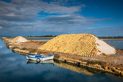 Marsala, Trapani, Sicília, Itália - moinho de vento e saltwork velhos fotografia de stock royalty free