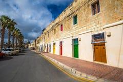 Marsaxlokk,马耳他-有橙色,蓝色,黄色,红色,绿色和棕色门和窗口的传统马尔他葡萄酒房子 库存照片