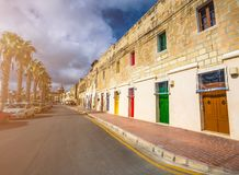 Marsaxlokk,马耳他-有橙色,蓝色,黄色,红色,绿色和棕色门的传统马尔他葡萄酒房子 免版税库存照片