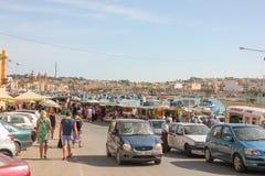 Marsaxlokk, Мальта - май 2018: Люди идя на традиционное fishmarket воскресенья стоковые изображения