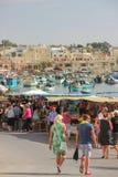 Marsaxlokk, Мальта - май 2018: Люди идя на традиционное fishmarket воскресенья стоковое фото