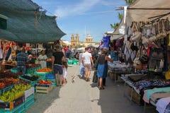 Marsaxlokk, Мальта - май 2018: Люди идя на традиционное fishmarket воскресенья стоковая фотография