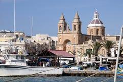 Marsaxlokk es un pueblo pesquero tradicional situado en la parte del sudeste de Malta, Foto de archivo