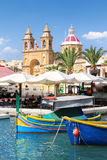 Marsaxlokk ett traditionellt maltese fiskeläge, Malta Arkivbild