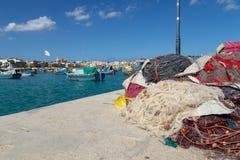 Marsaxlokk fisknät och Luzzu royaltyfria bilder
